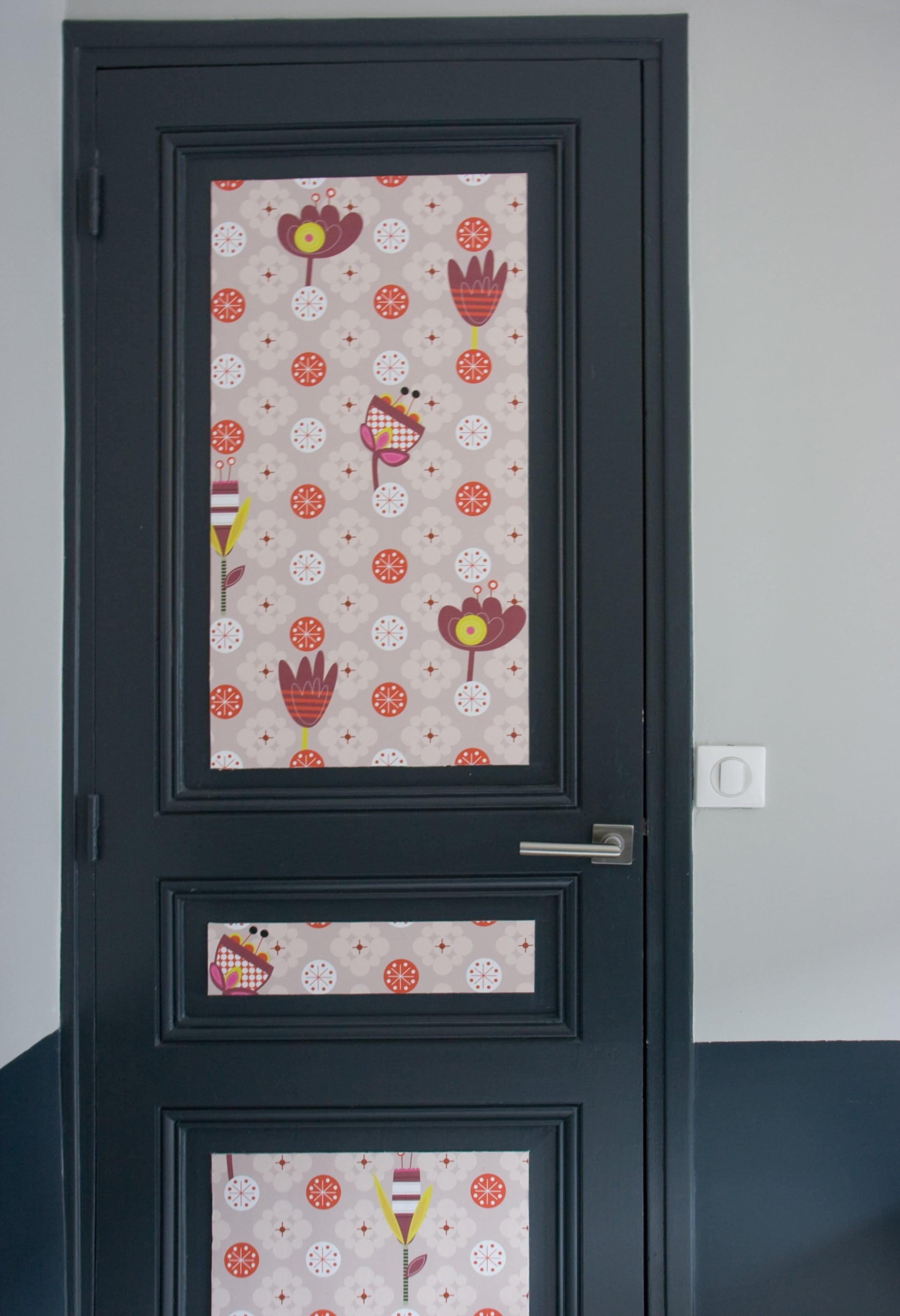 Декор двери остатками обоев
