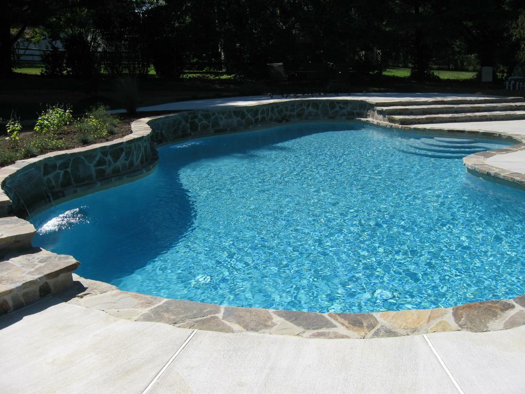 Бассейн на заднем дворе частного дома