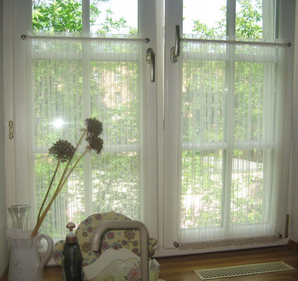 Шторы в стиле кафе на двустворчатом окне