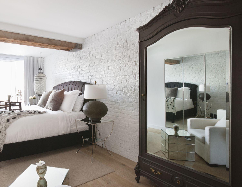 Кровать изголовьем к окну в эклектичном стиле