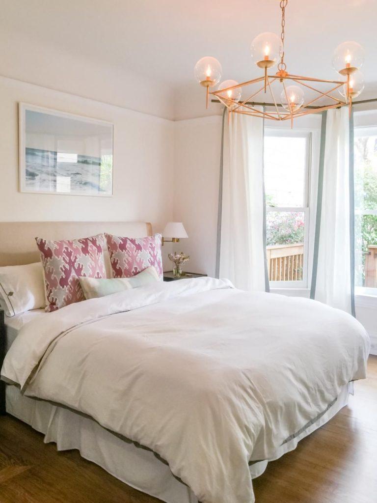Кровать изголовьем к окну с эркером