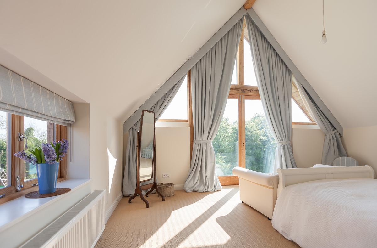 Кровать изголовьем к окну фэн шуй