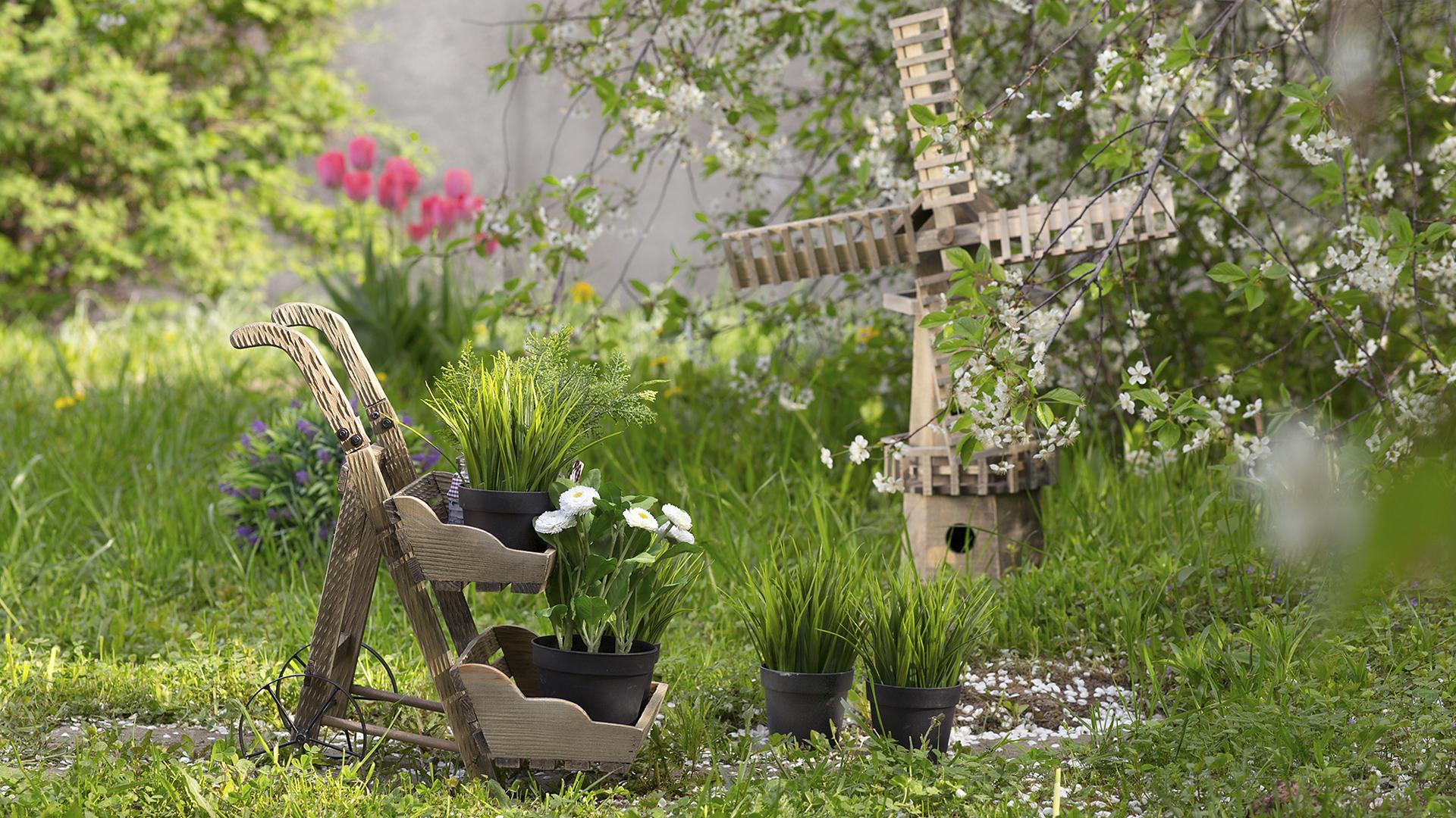 Деревянные фигуры в саду