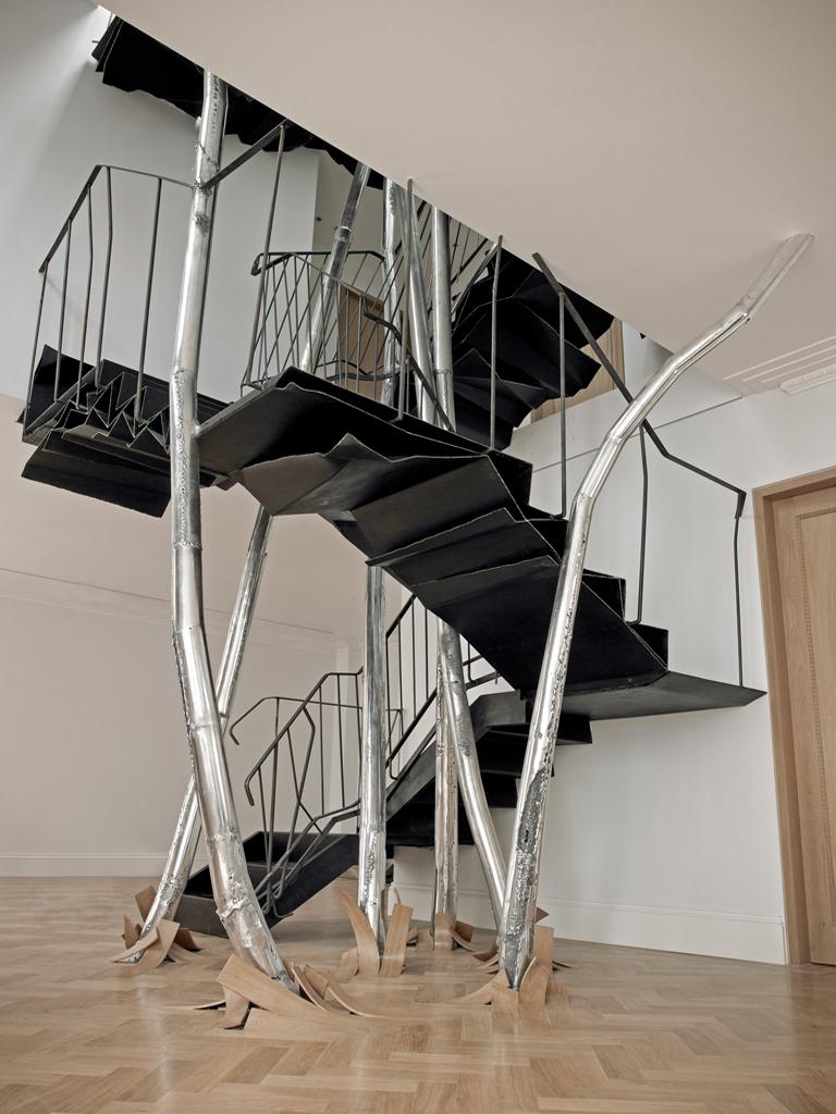 Футуристический дизайн металлической лестницы