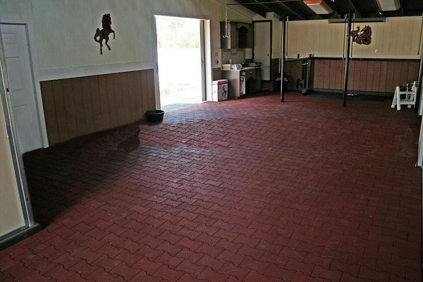 Пол из резиновой плитки в гараже