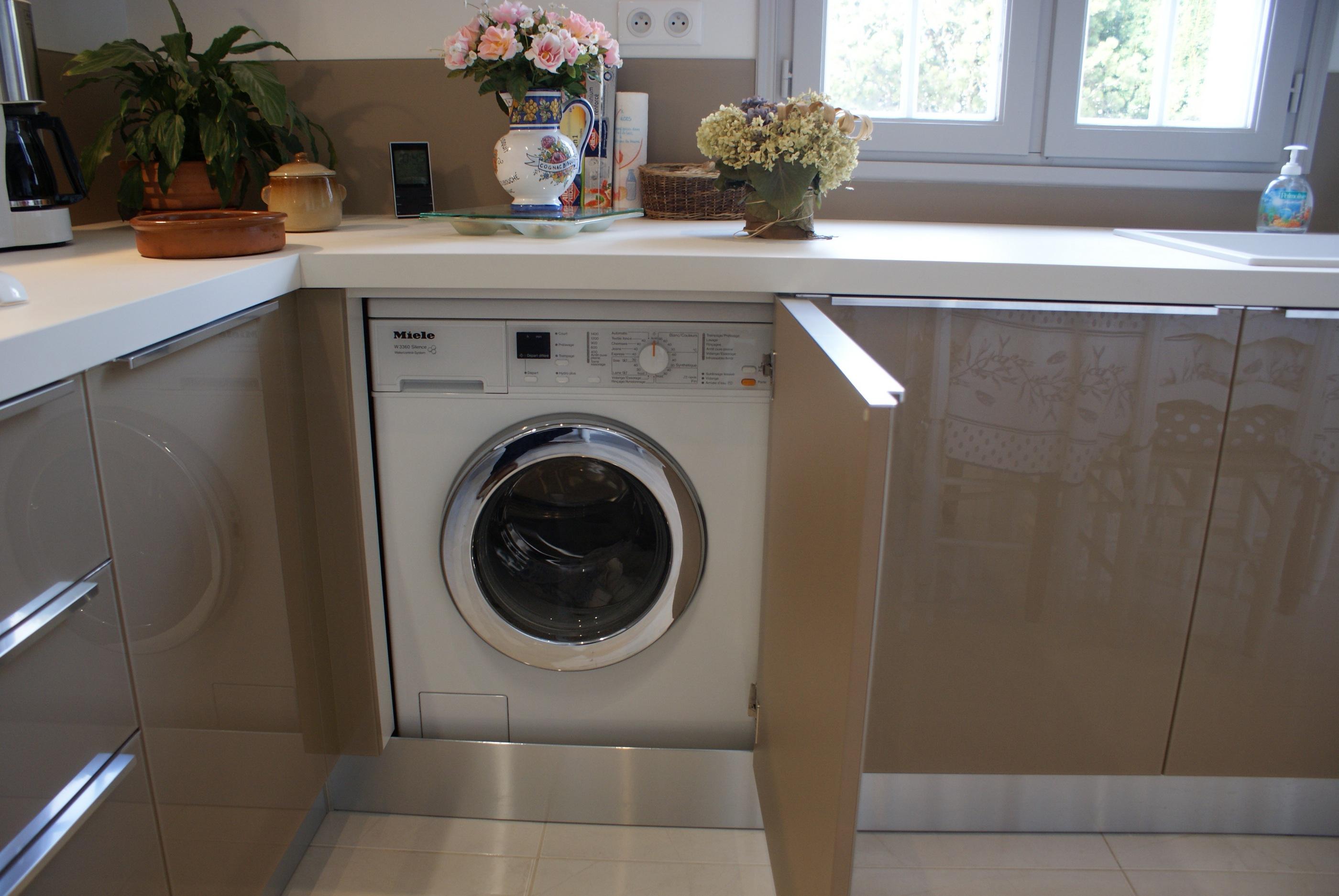 Стиральная машина на кухне в гарнитуре
