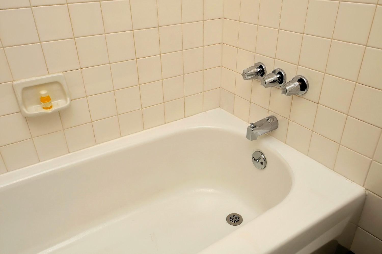 Герметизация ванны белым герметиком