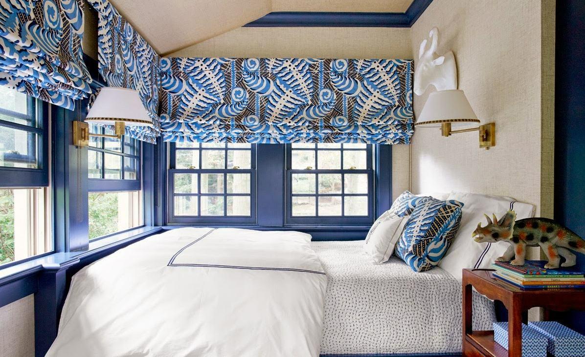 Голубые римские шторы в спальне
