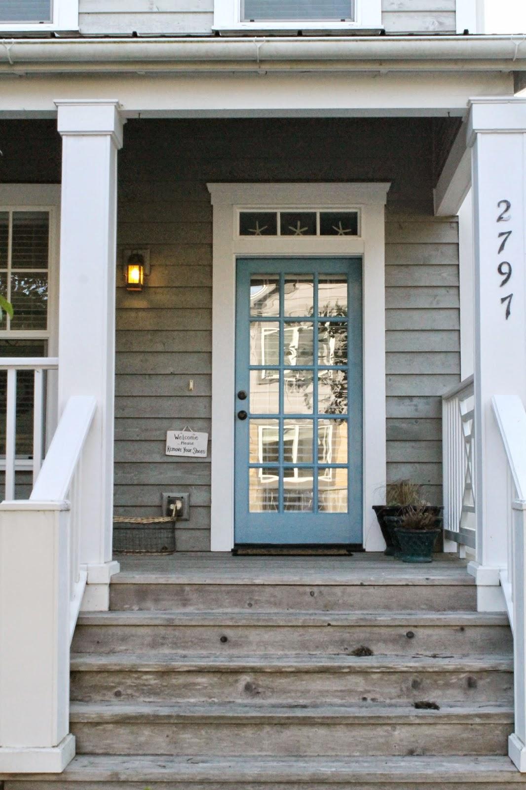 Голубая входная дверь с зеркалом