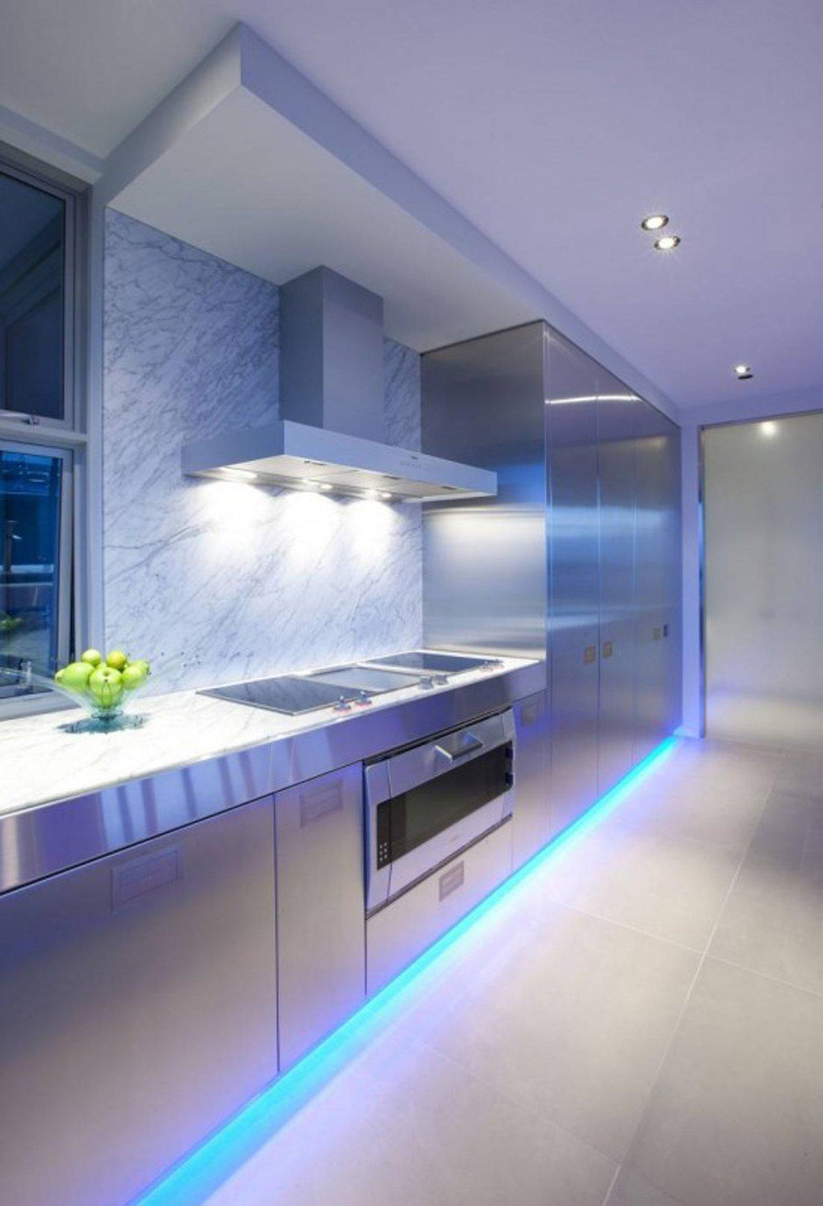 Голубая подсветка пола на кухне