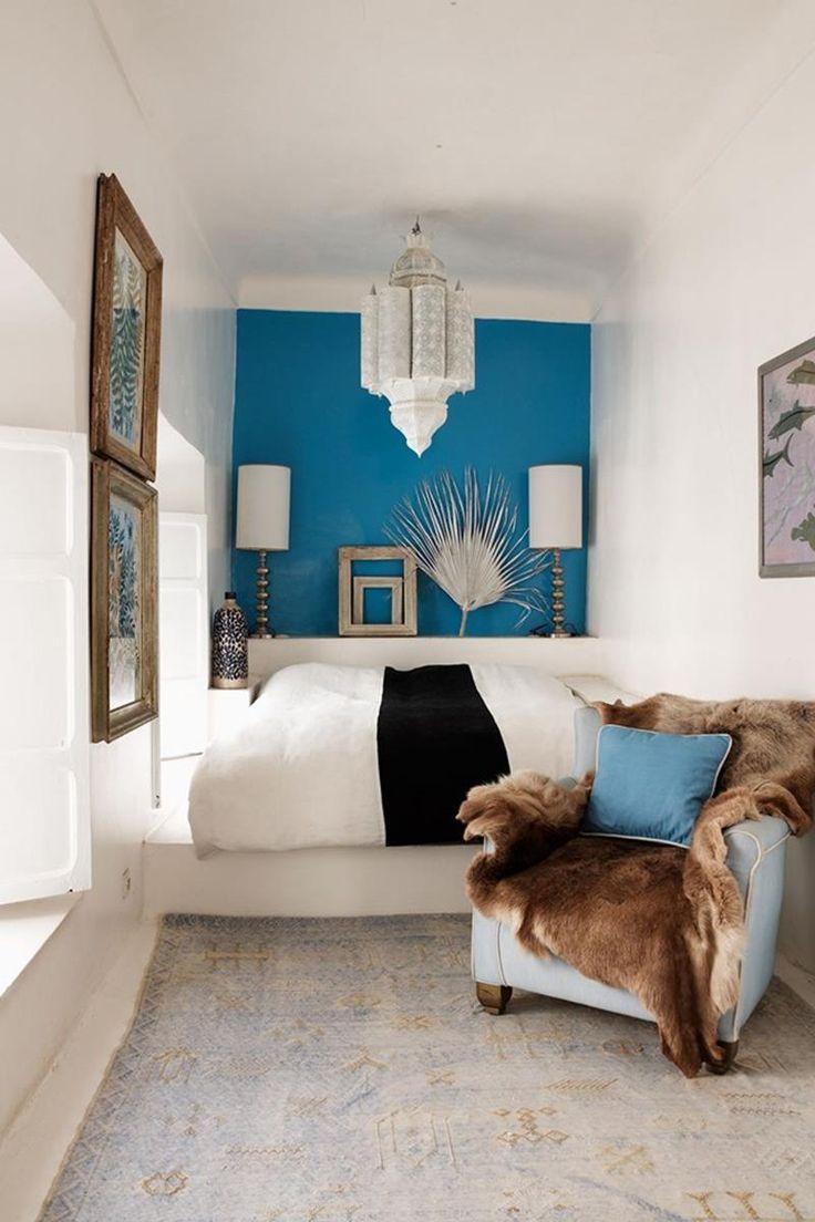 Голубой дизайн узкой спальни