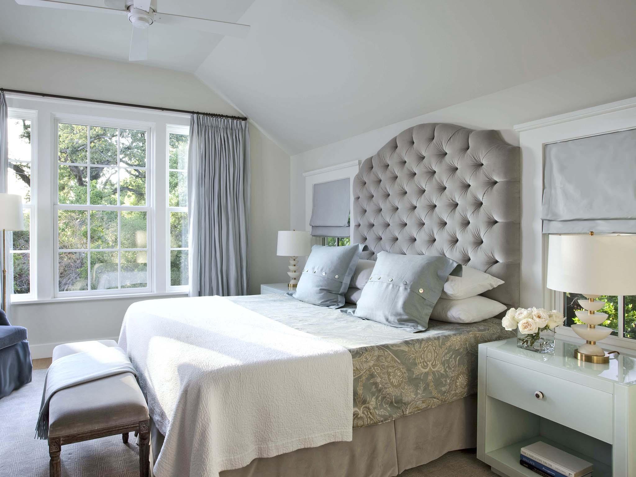Кровать изголовьем к окну в голубой спальне