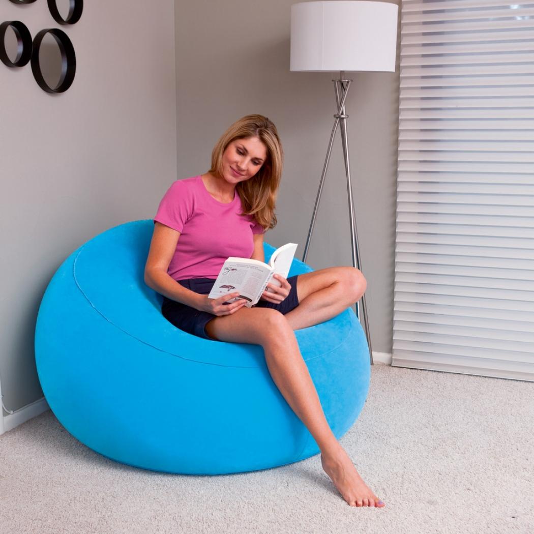 Надувное кресло голубого цвета