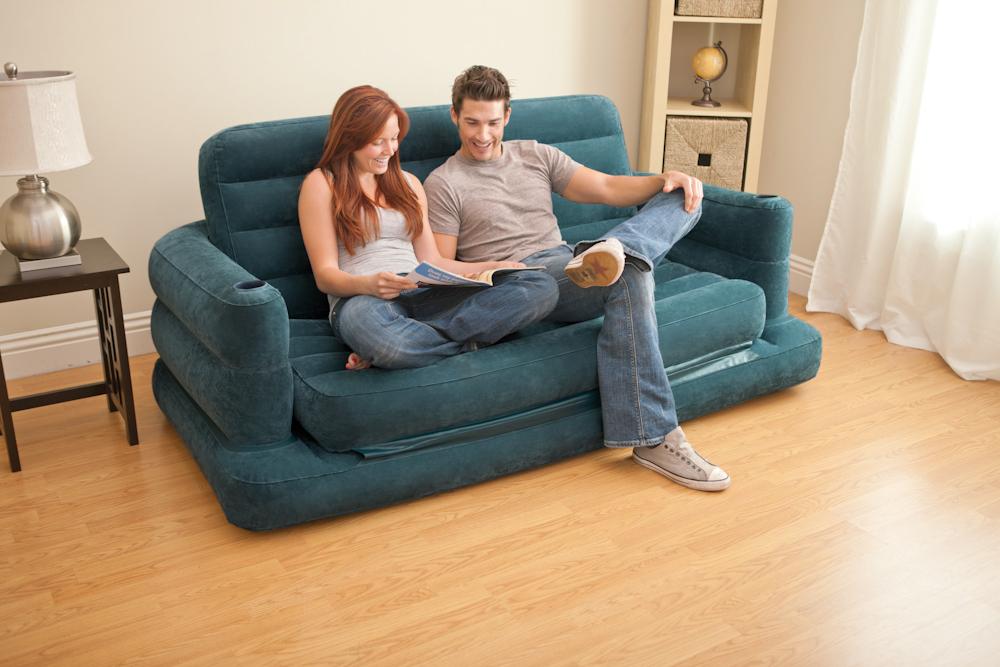 Надувной диван в гостиной