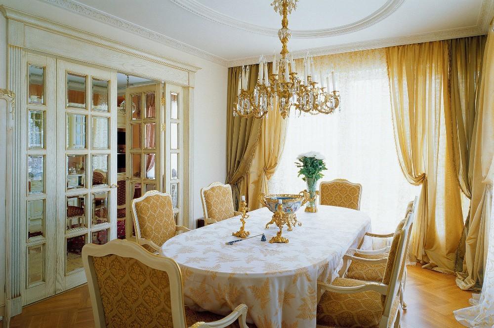Люстра со свечами в интерьере гостиной