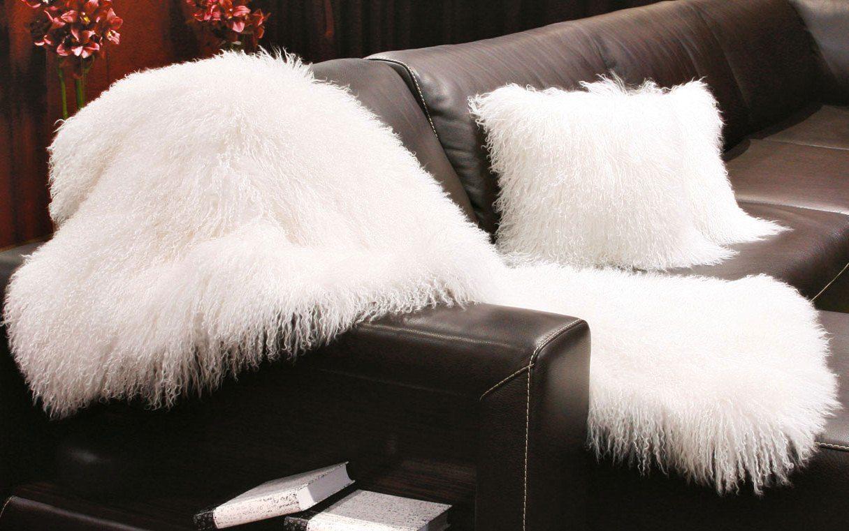 Меховой плед на диване