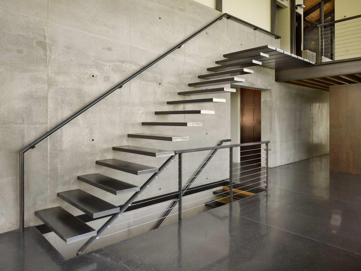 Металлическая лестница в стиле хай-тек