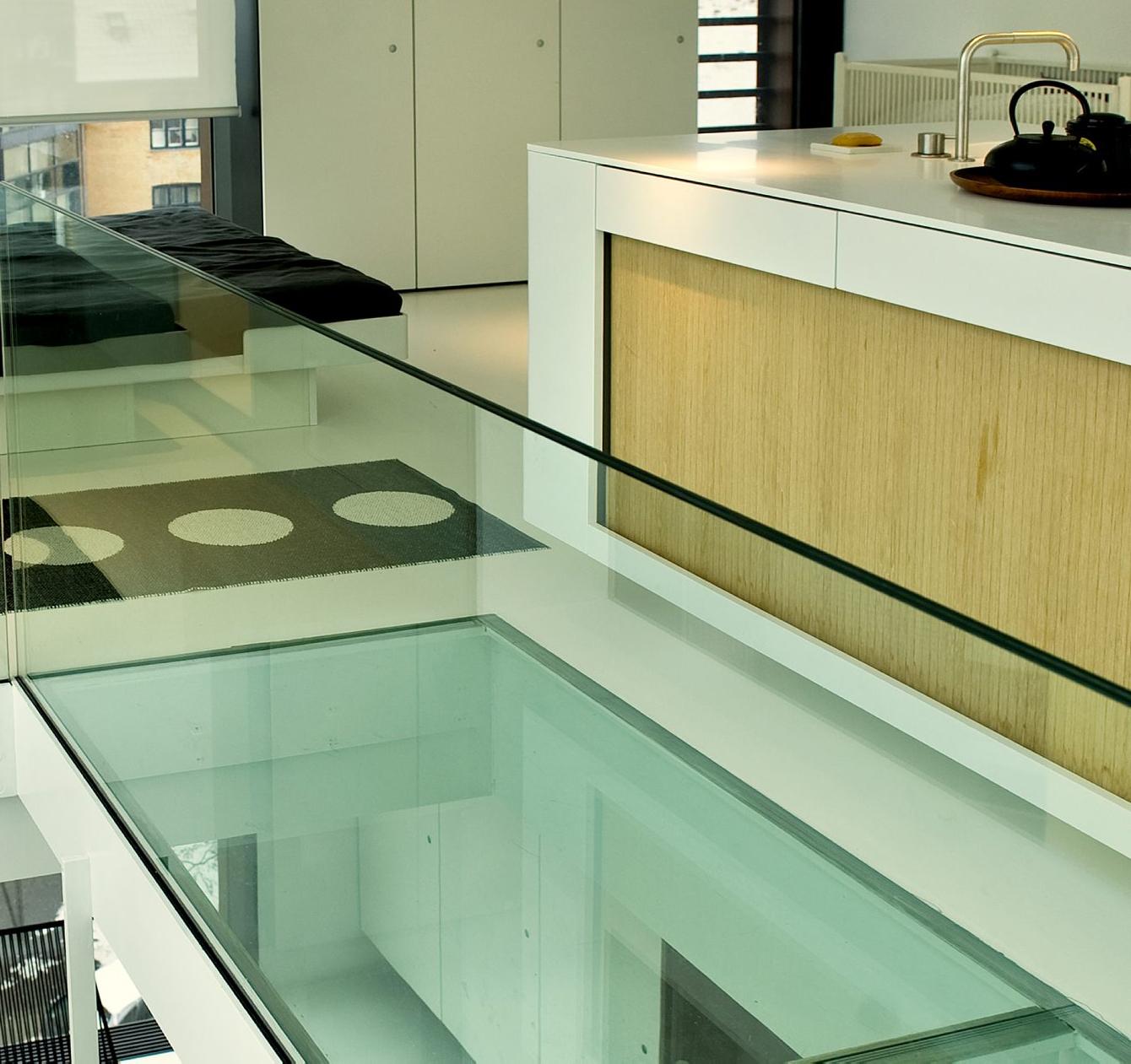 Стеклянный пол в стиле хай-тек