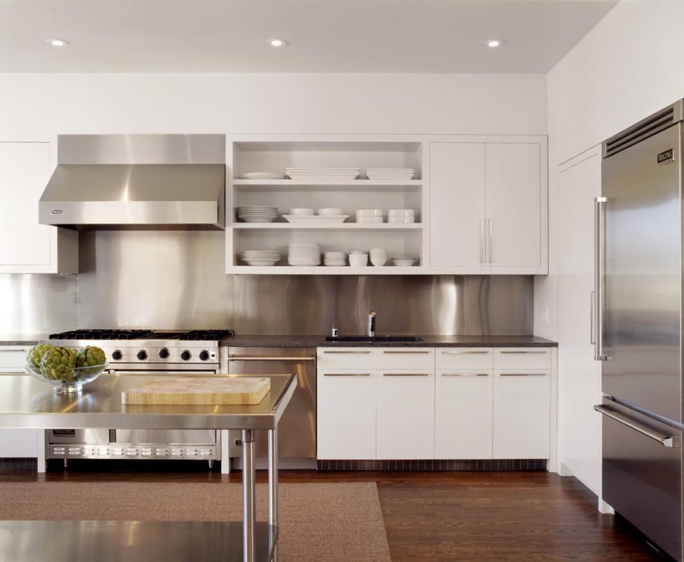 Прямой кухонный гарнитур в стиле хай-тек