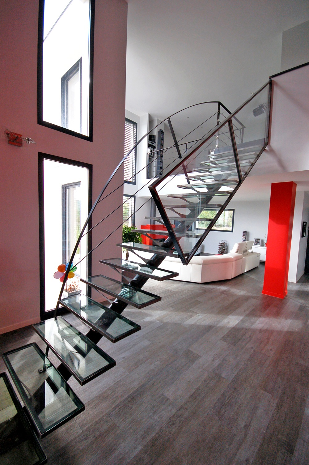 Лестница на второй этаж в доме в стиле хай-тек