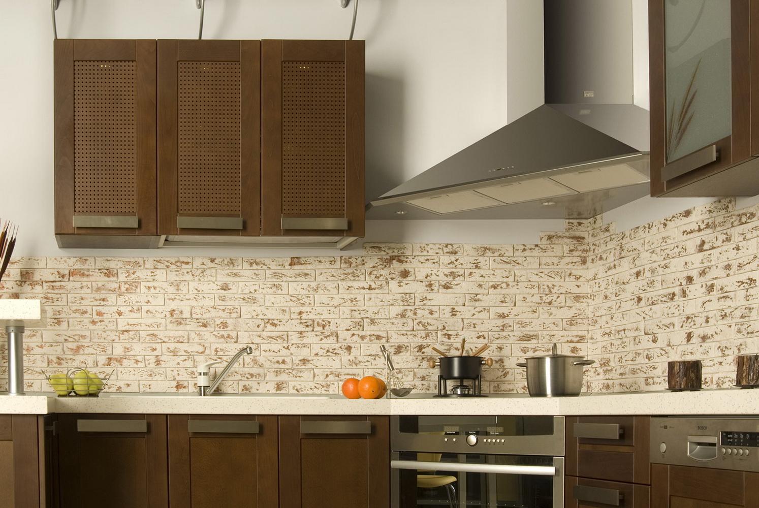 Хромированная угловая вытяжка в интерьере кухни