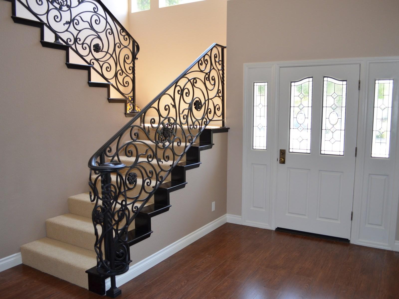 Лестница на второй этаж в доме художественной ковки