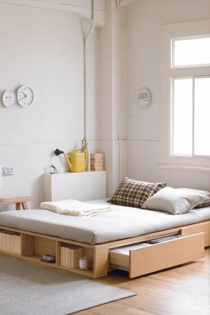 Кровать изголовьем к окну в индустриальном стиле