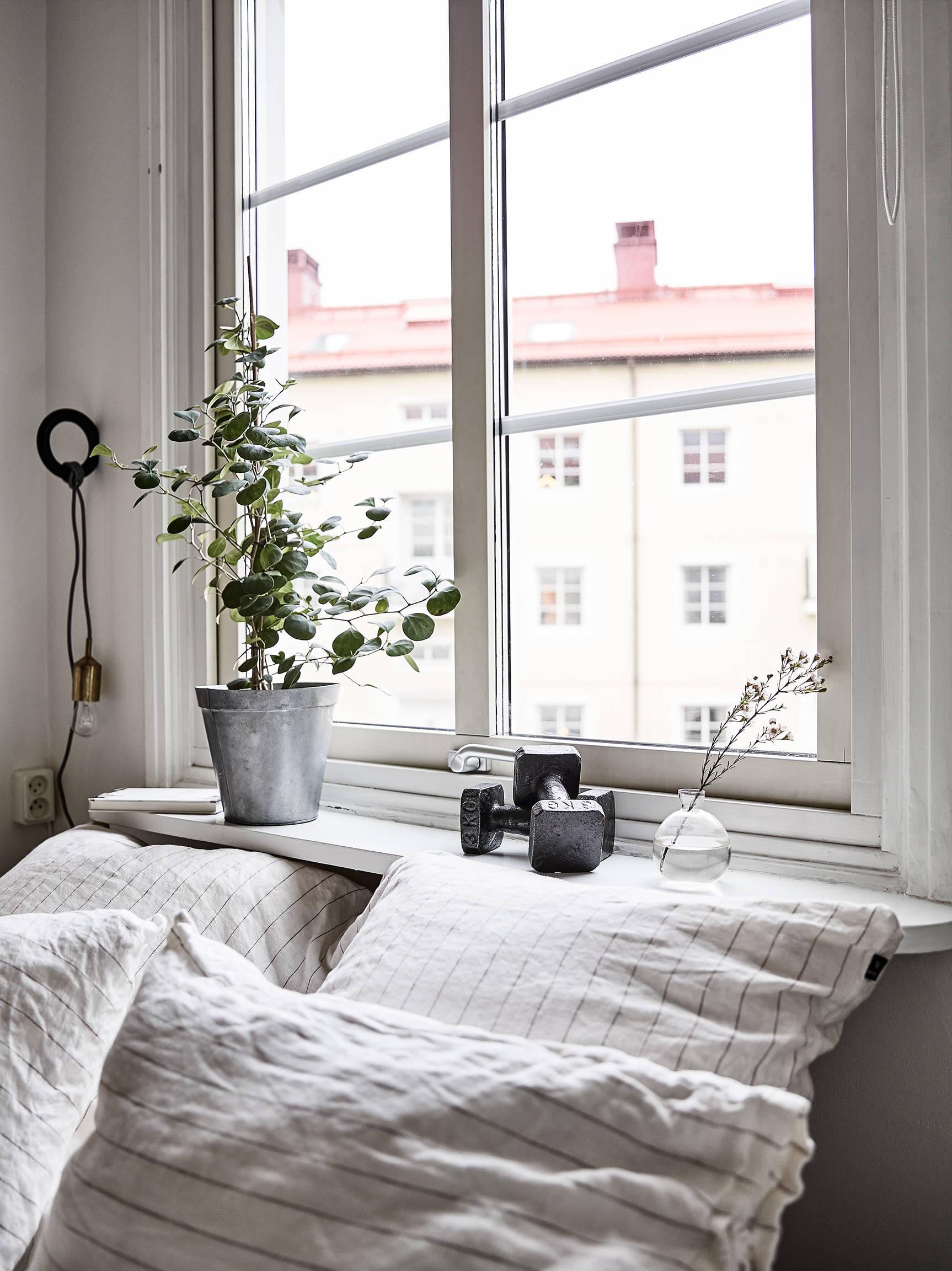 Кровать изголовьем к окну в интерьере