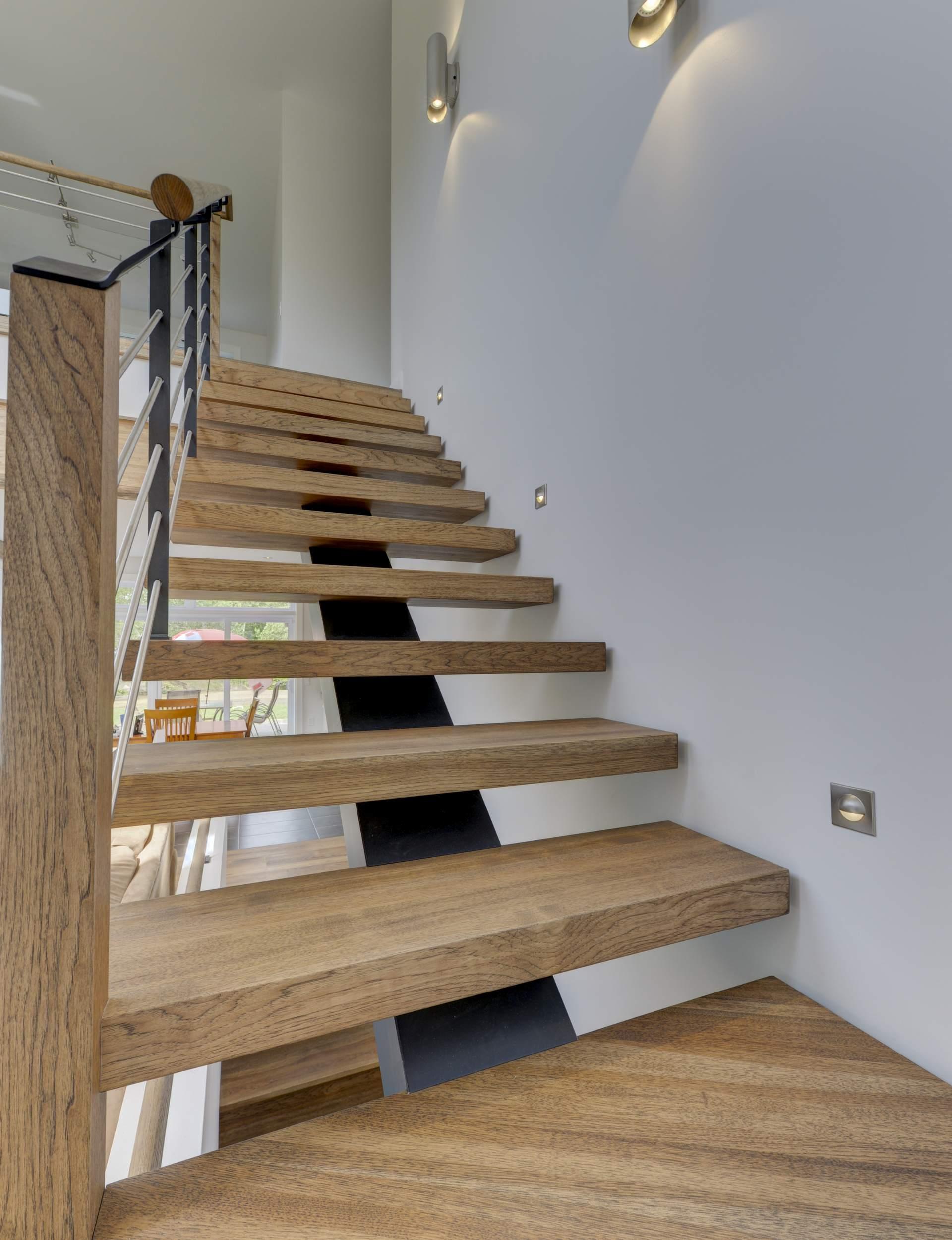 Лестница на второй этаж в интерьере дома
