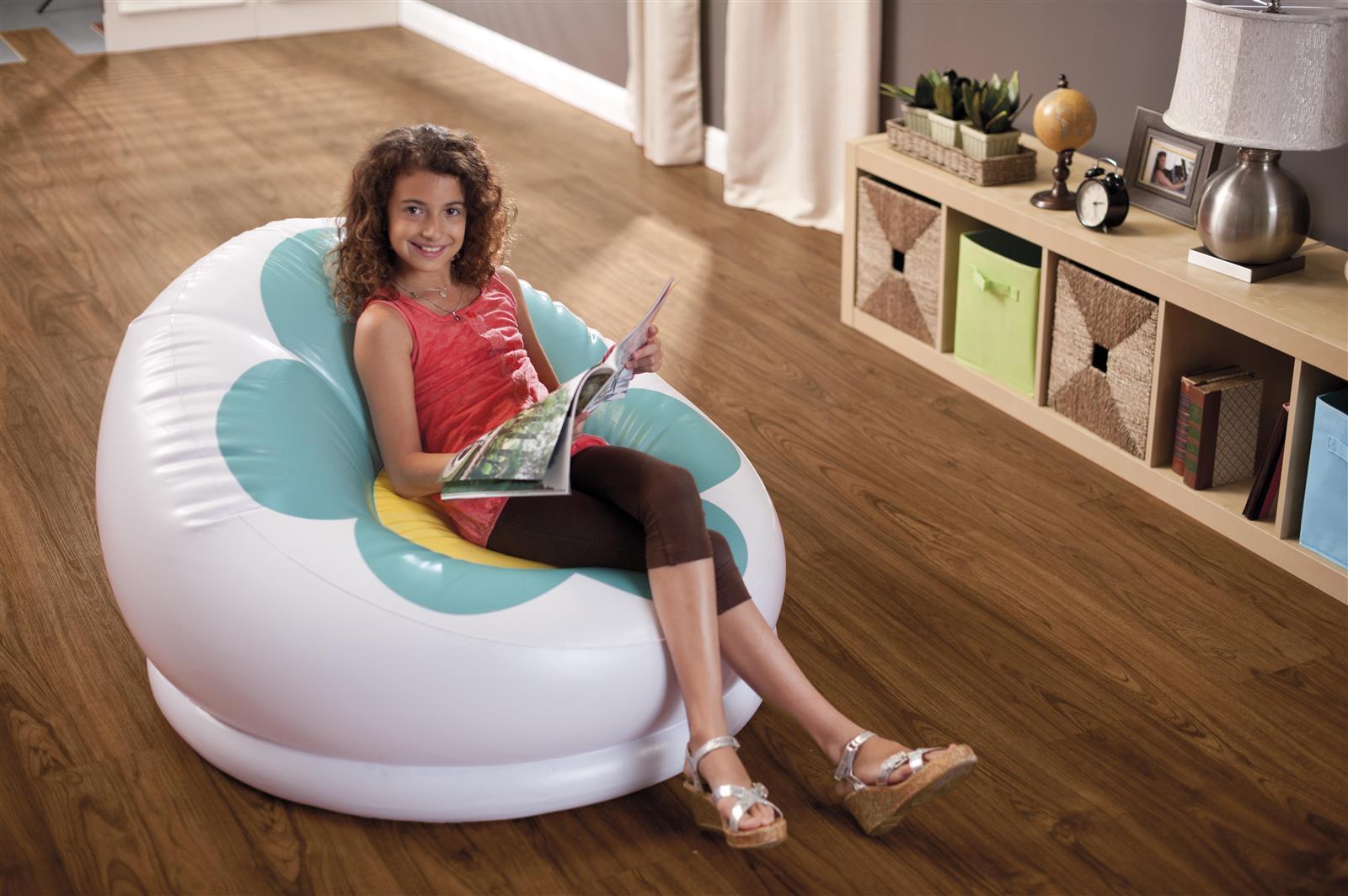 Надувное кресло в интерьере гостиной