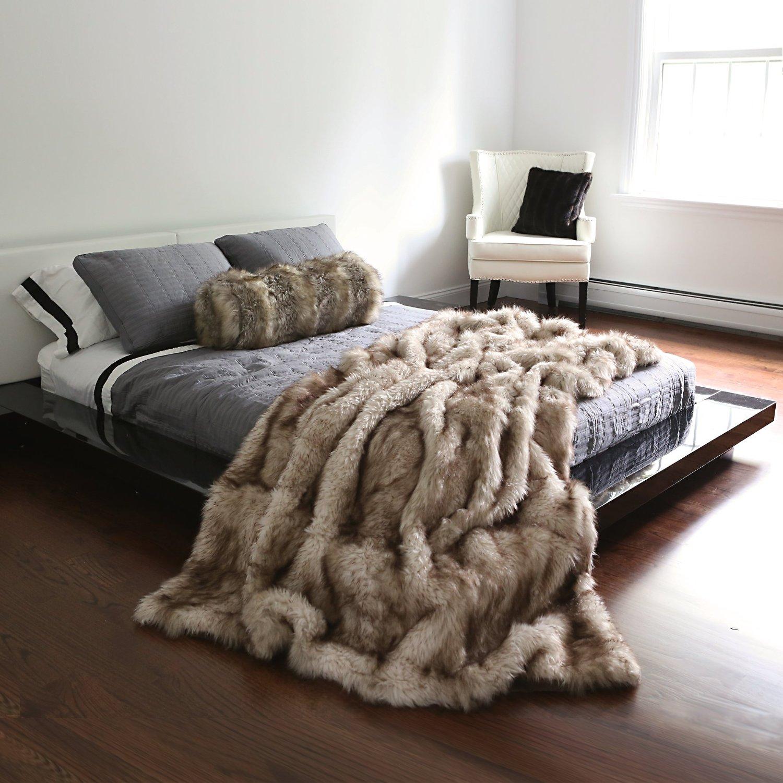 Плед из искусственного меха в спальне