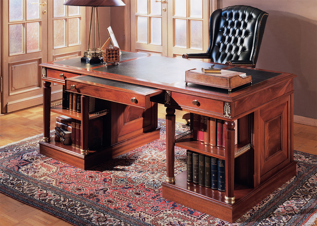 Стол-бюро в кабинете