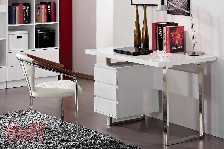 Глянцевый стол в кабинете
