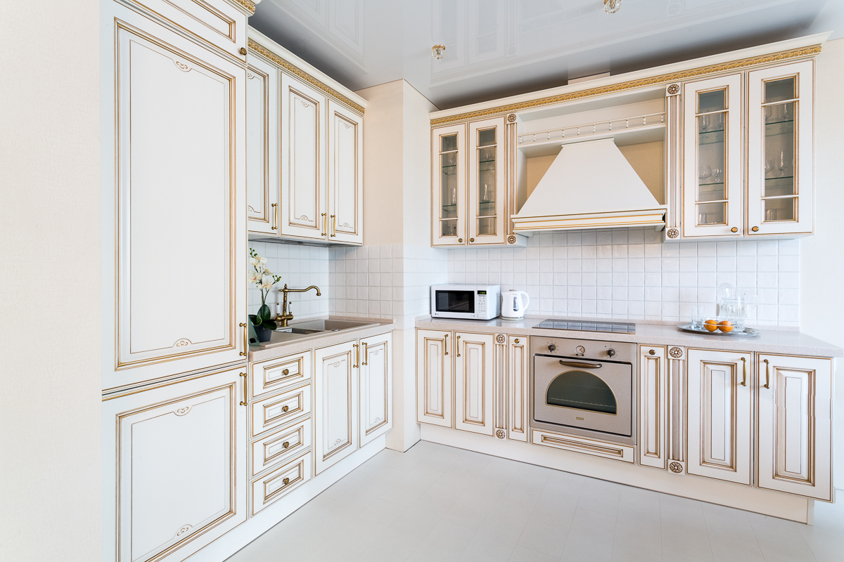 Классический кухонный гарнитур с каменной столешницей
