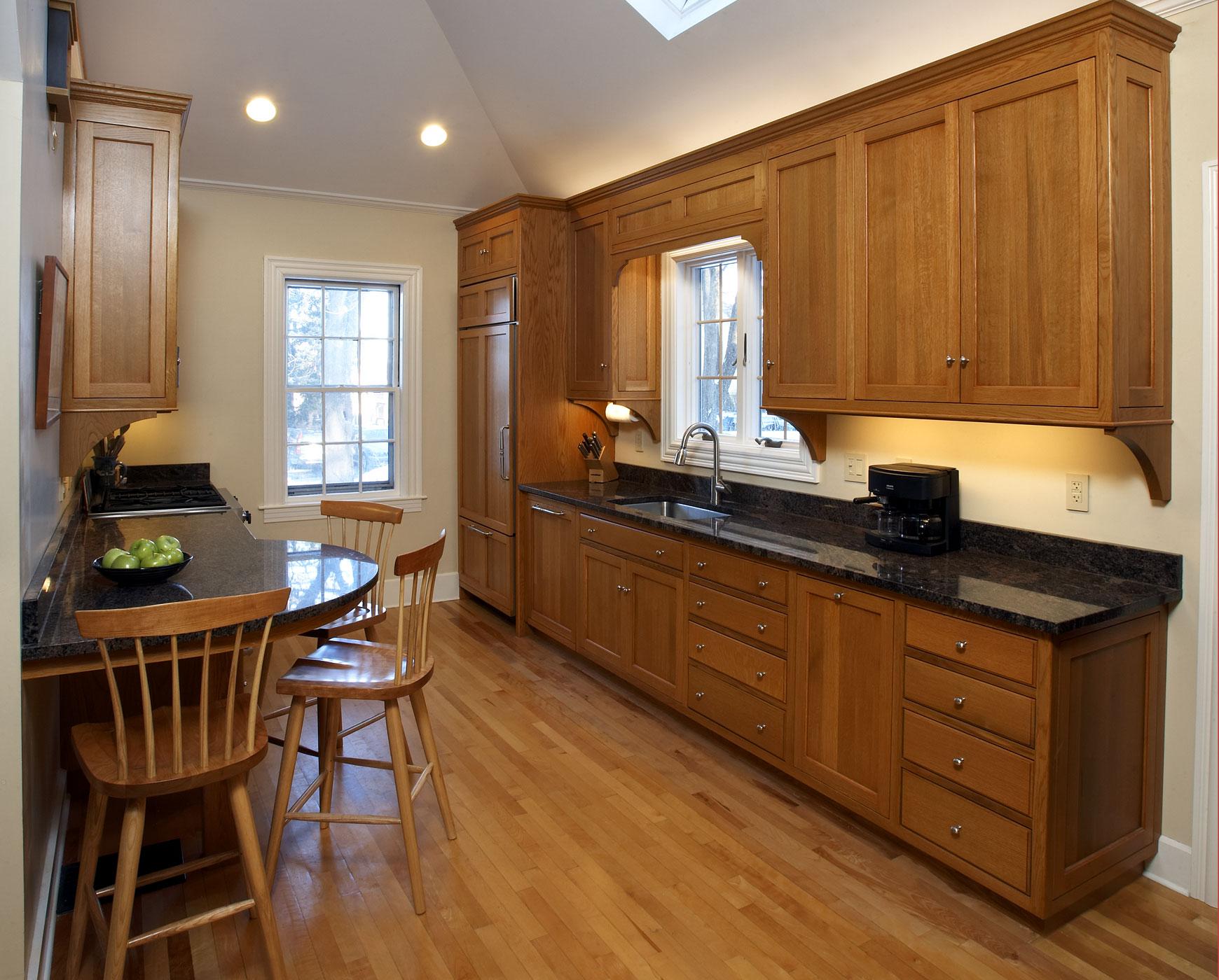 Деревянная кухня с каменной столешницей