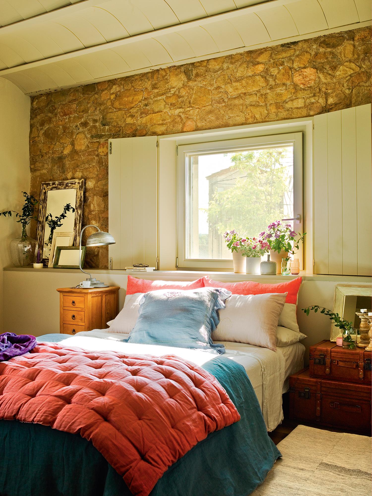 Расстановка мебели в спальне с каменной стеной