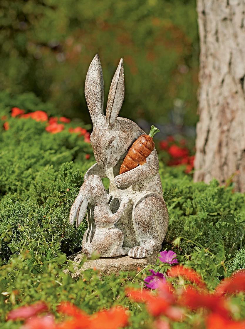 Скульптура зайцев из камня