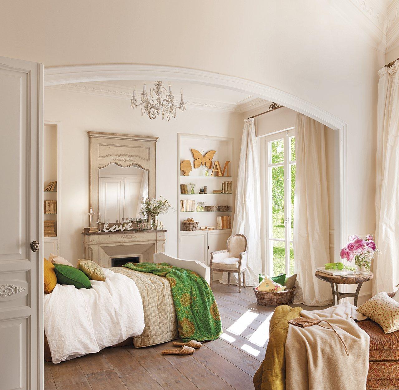 Расстановка мебели в спальне с камином