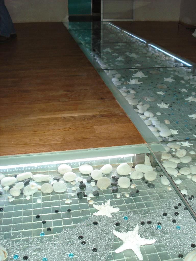 Декоративные камни под стеклянным полом