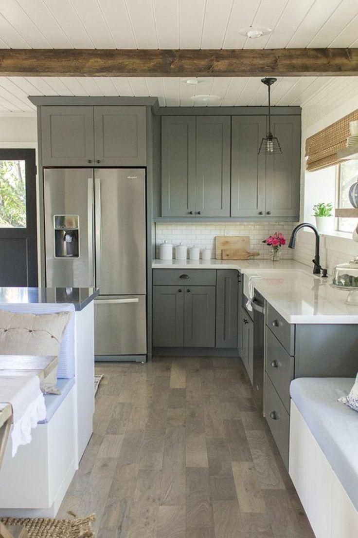 Двухдверный холодильник на кухне в стиле кантри