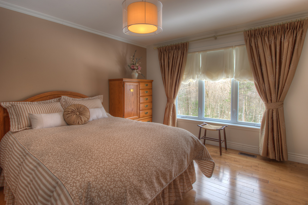 Кровать изголовьем к окну в стиле кантри