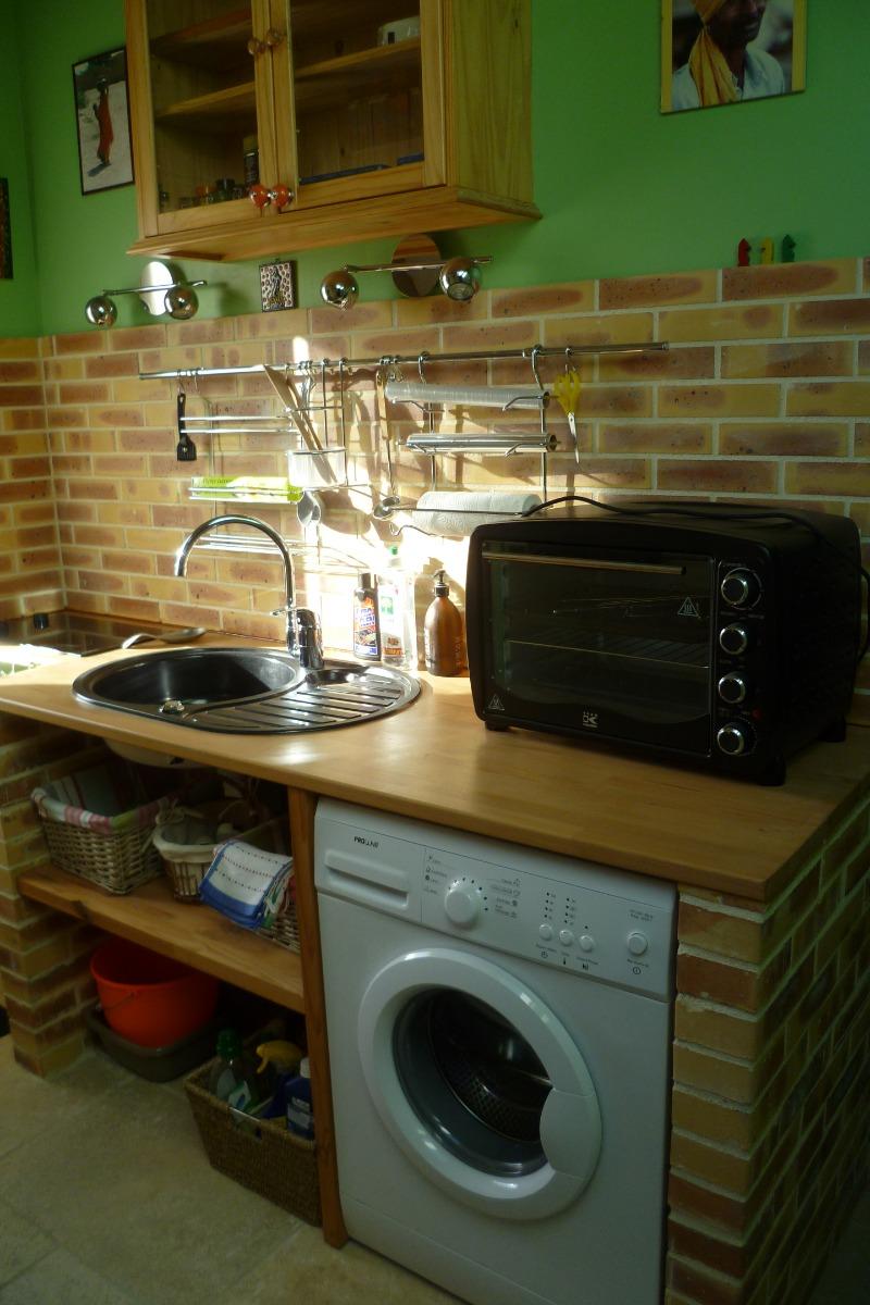 Стиральная машина на кухне в кирпичном коробе
