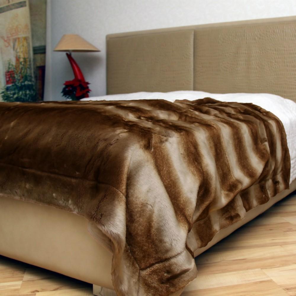 Плед из коричневого меха в интерьере спальни