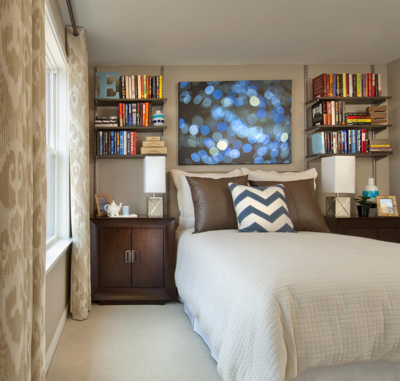 Коричневый дизайн узкой спальни