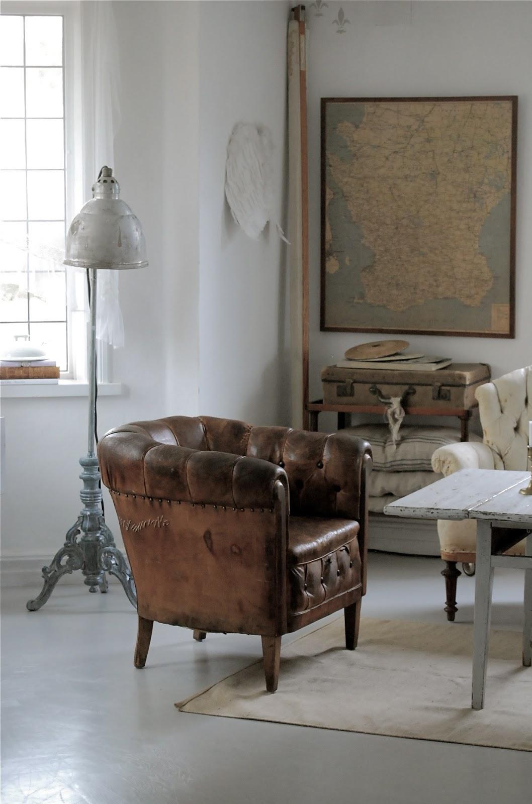Коричневое кожаное кресло в интерьере