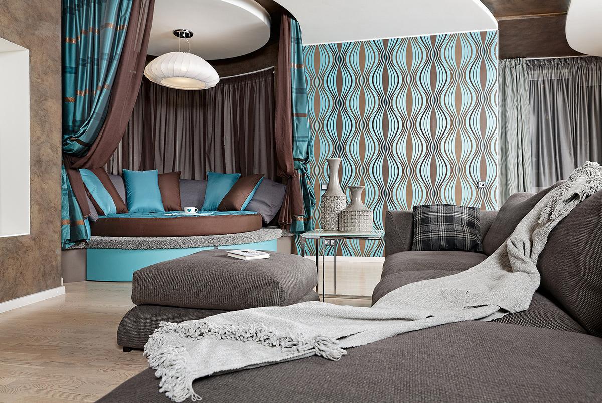 Коричнево-бирюзовые обои в интерьере спальни