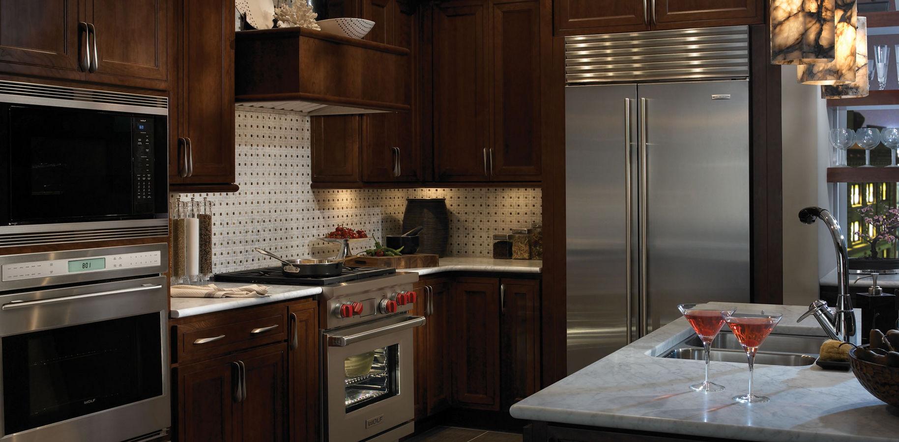 Двухдверный холодильник, встроенный в корпусную мебель