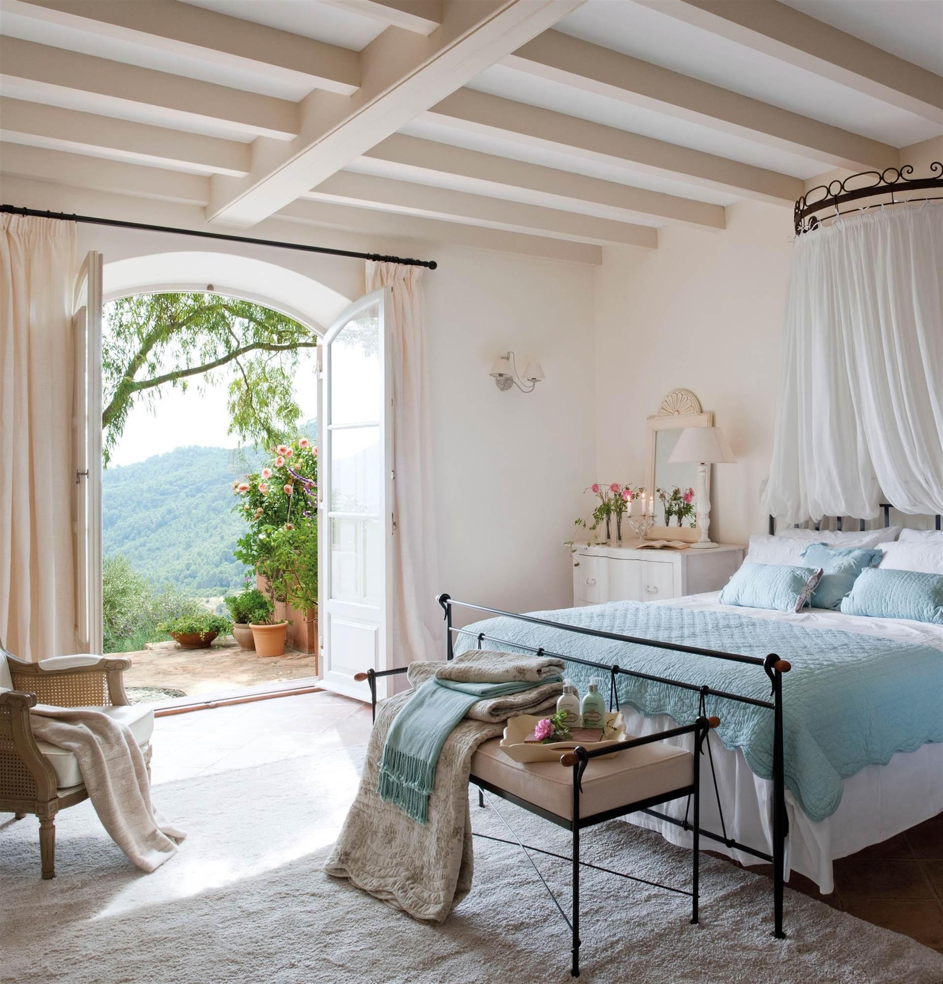 Расстановка кованой мебели в спальне