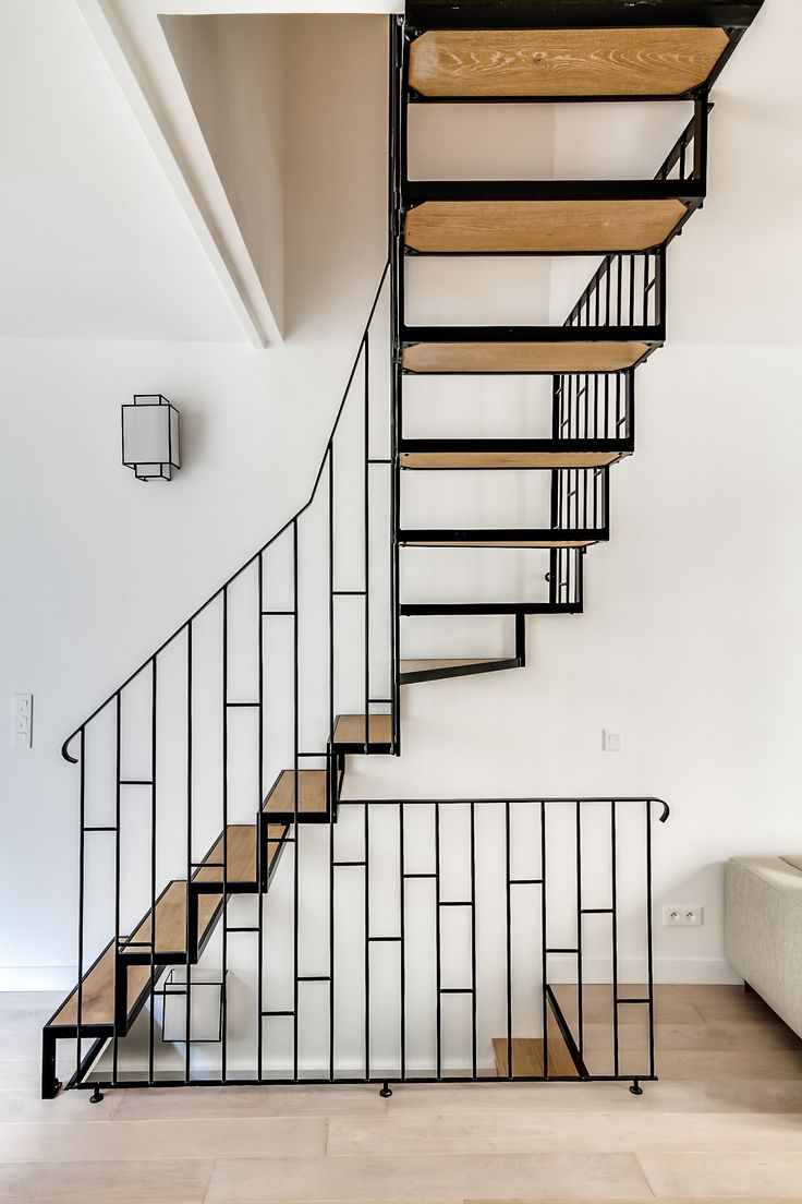 Лестница на второй этаж в доме кованая