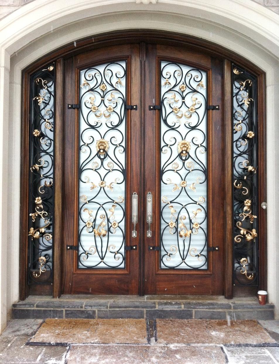 Арочная дверь со стеклом и кованым декором